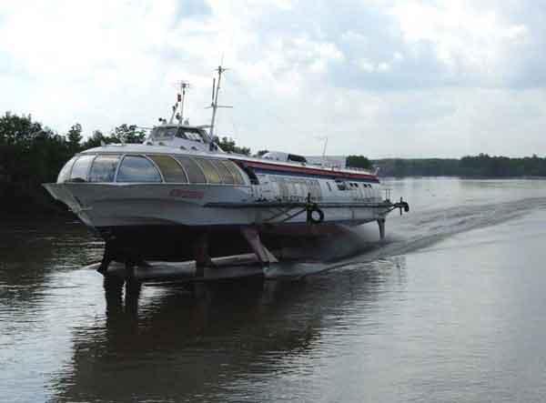 bateau a moteur a foils